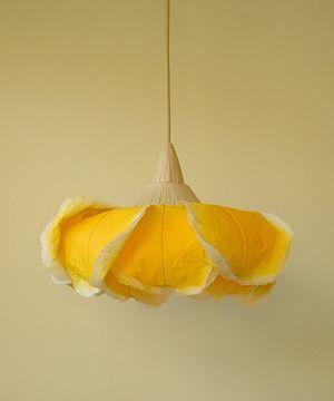 薔薇/イエロー  \18,000(税抜き)  素材:和紙 サイズ:直径約32cm×高さ約18cm コードの長さ:30cm・50cm・70cm・100cmよりお選びください 明るさ:電球型蛍光灯60W(E26口金) 一般的な引掛けシーリングタイプです。  ※  点灯すると周りがうっすらと黄色になります。 明かりの色が気になる方は「ふち染め」のデザインで ご注文ください。