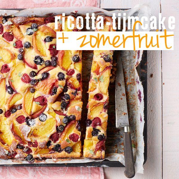 Deze plaattaart zit vol zomerfruit en verwent zeker 24 gulzige gasten. Maak een mix van hard+zacht en zoet+zuur fruit. Wij gebruiken blauwe bessen, maar bramen, aardbeien of frambozen doen het ook wonderwel in deze lichte cake. Je kunt de cake eerder klaar hebben. Bak de cake 's ochtends en bewaar hem dan op een koele … (Lees verder…)