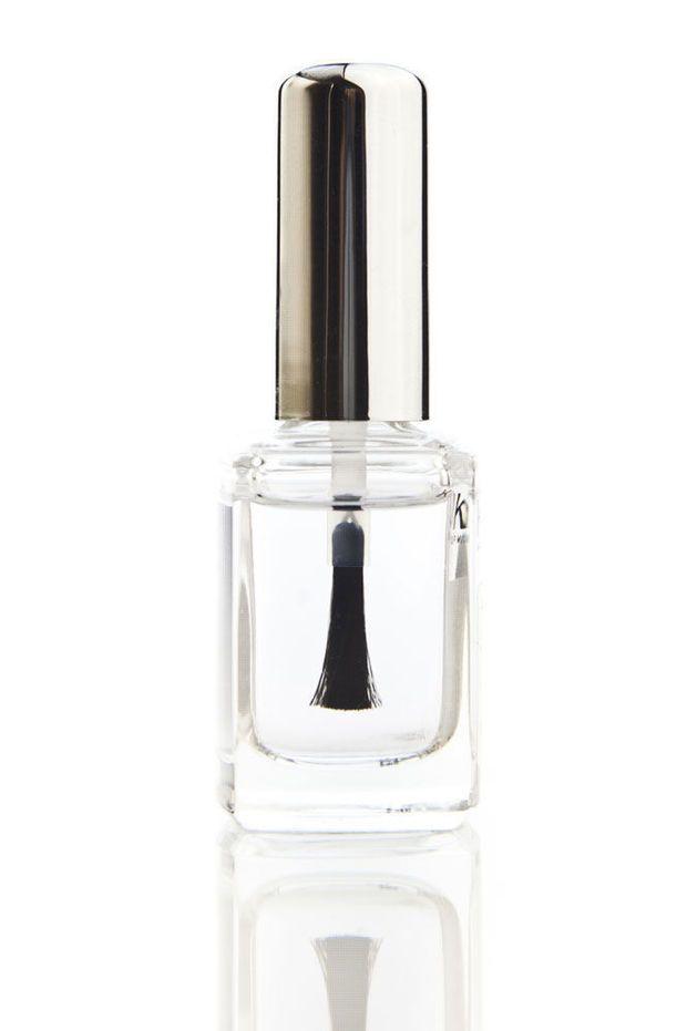 Doorschijnende nagellak kan je voor veel meer dingen gebruiken dan je nagels glans geven en verstevigen. Iedereen zou een flesje in zijn of haar gereedschapskist moeten hebben. Hier zijn enkele klusjes die je makkelijk kan klaren met een heldere topcoat