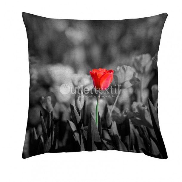 Cojín Decorativo 9107 Zebra Textil. Funda de cojín que nos presenta una campo de tulipanes en tonos grises sobre el que destaca un tulipán rojo con todo su colorido. Combínala con su funda nórdica 9007 Zebra Textil a juego.