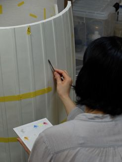 Restoration of the white porcelain surface of the Perfume Tower. Since it was not pure white but had subtle hints of green mingled in it, great care was taken in blending the color.