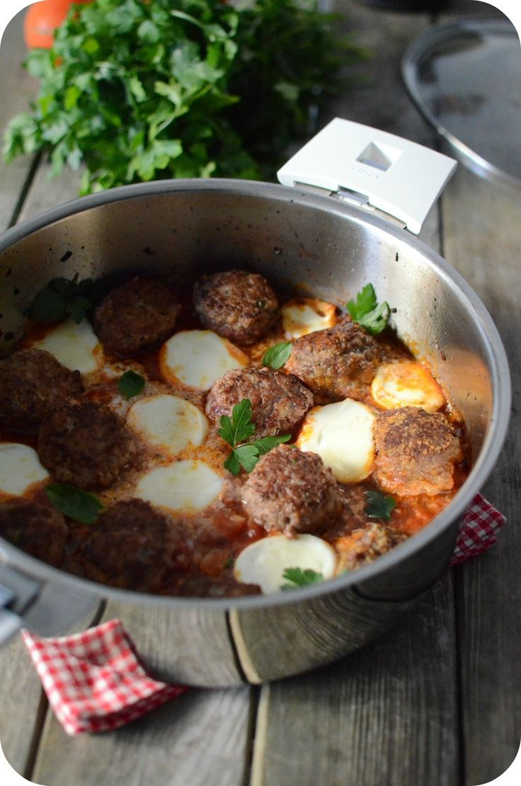 Les Boulettes et moi c'est une grande histoire d'amour, j'adore les préparer à toutes les sauce ! J'en ai pas mal sur le blog quand j'y pense en fait ! C'est en recevant la magnifique sauteuse de la marque Cristel que je me suis dit que c'est l'occasion...
