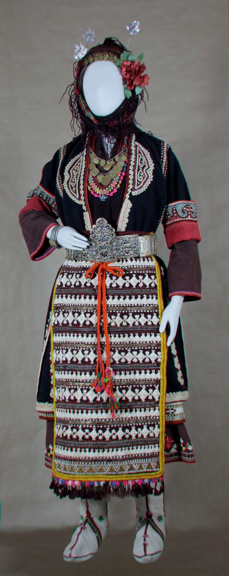 Ενδυμασία νιόπαντρης από το Μέγα Ζαλούφι της Ανατολική Θράκης, περίπου 1920 / Bridal clothes of the Grand Zaloufi in Eastern Thrace, about 1920 @ Folklife and Ethnological Museum of Macedonia-Thrace [http://www.lemmth.gr/stereoskopikes-eikones?p_p_id=56_INSTANCE_hUgVSiSO5B7j&p_p_lifecycle=0&p_p_state=normal&p_p_mode=view&p_p_col_id=column-3&p_p_col_count=1&_56_INSTANCE_hUgVSiSO5B7j_page=3]