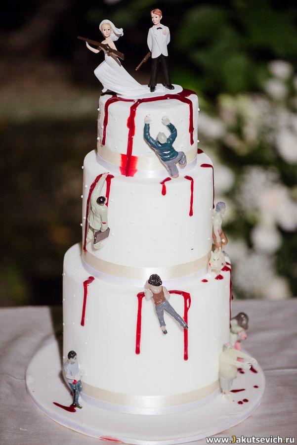 Оригинальный торт на свадьбу. Так как Джеймс активно занимается продвижением пейнтбола в массы, друзья сделали вот такой тематичекий сюрприз для жениха и невесты.