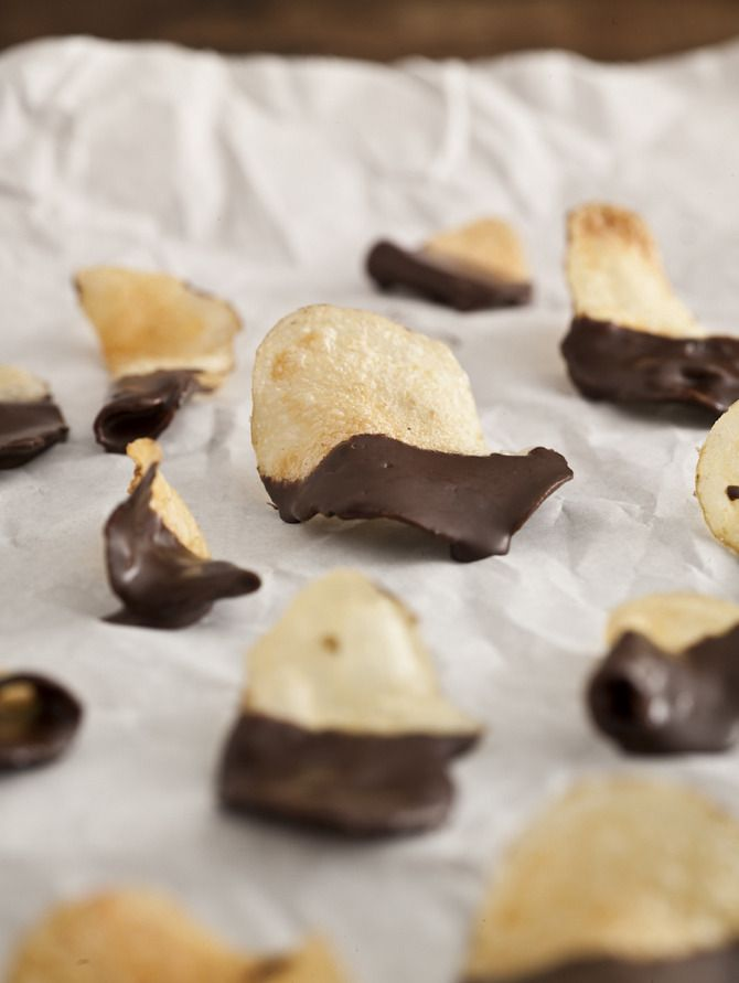 Salty crisps dipped in chocolate. Styling: Hege Jørgensen. Photo: Tommy Næss.