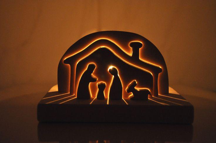 Beleuchtete Krippe aus Holz mit Kerze von Holzarbeiten auf DaWanda.com