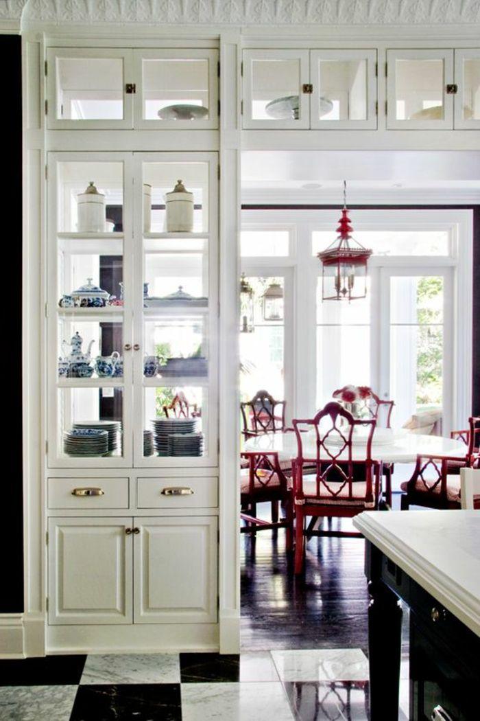 6offene küche trennen integrierte vitrine regal eingebaut teller geschirr rote stühle retro runder esstisch