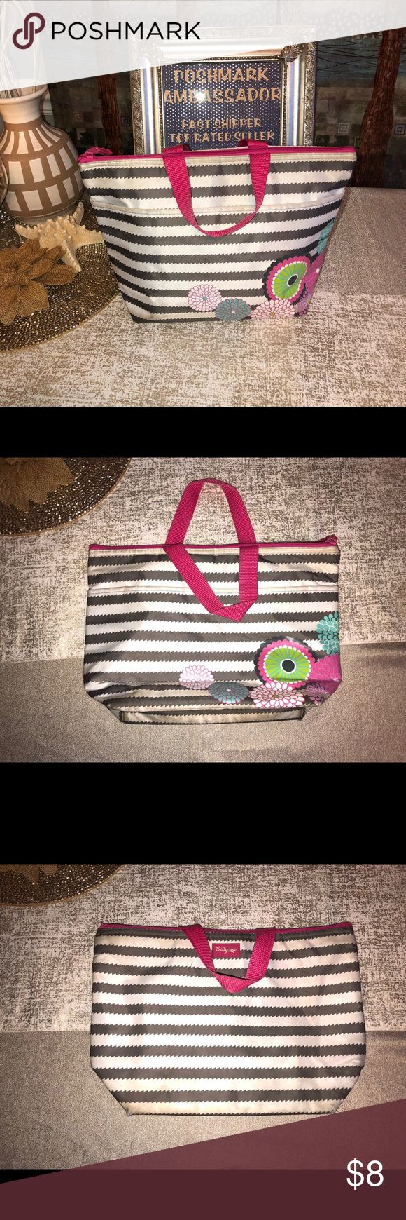 """🐝🐝Thirty One Lunch Tote Thirty One Lunch Tote. Wear at the corners so this one is included in the spring closet clear out. Grey and white bubble bloom print. Apx 9.5"""" H x 14"""" L x 4.5"""" D.   Included in the 5 for $15 Spring Closet Clear Out Sale. Just add 5 items marked 🐝🐝 and offer $15. I will accept.   Bin 18 Thirty-one Bags Totes"""