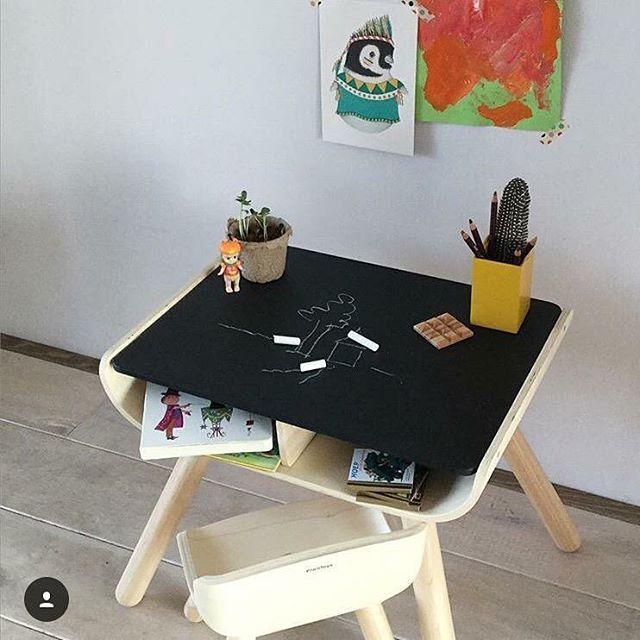 Det her lækre bord og stol i bæredygtigt træ fra @plantoysdk er nu online på shoppen  Bordpladen kan tegnes på med kridt. Super smart  #filurdk #filur #plantoys #baby #børn #børnebord #børnemøbler #design