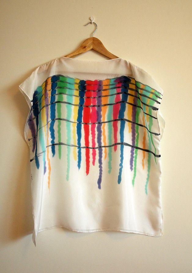 Esta blusa está pintada por mí como el resto de los objetos que están en esta tienda. Tiene doble propósito, como blusa y como fular.  Tiene un estilo sencillo y favorecedor. Puede ser...