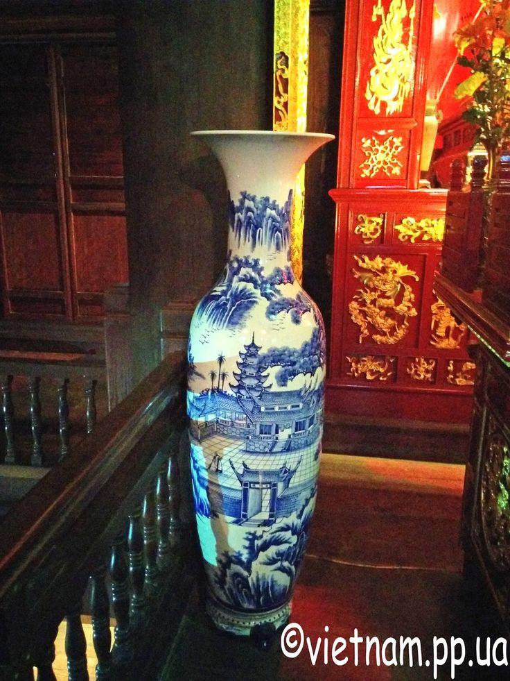 Огромная фарфоровая ваза в Ханое