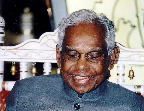 கடின உழைப்பும், திறமையும் இருந்தால், எந்த சூழ்நிலையையும் எதிர்கொண்டு வெற்றியை எட்ட முடியும்  என்பதற்கு உதாரணமாகத் திகழ்ந்தவர் கே.ஆர். நாராயணன். Former President K.R.Narayanan changed the conventional in IndiaFormer President K.R.Narayanan Memorial day special article | 'மரபை மாற்றியமைத்த ஜனாதிபதி!'  கே.ஆர் நாராயணன் நினைவு தின சிறப்புப் பகிர்வு...! - VIKATAN