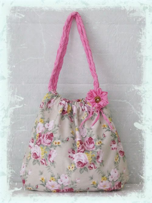 great tutorial -step by step- for summer chic bag made of pillow case