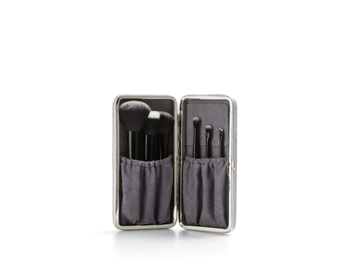 ANIMAL FREE - DESIGNED BY  Raphaël, the expert in professional brushes - PROFESSIONAL MAKEUP BRUSH SET Apply makeup like a pro  Designed with meticulous care, this high-end makeup brush set perfects your look with ease.  Containing six essential brushes into one sleek silver case, this comprehensive makeup set is a must-have for a flawless application.