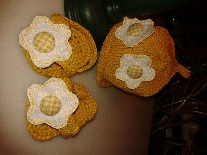 cappellino e infradito fatti a maglia