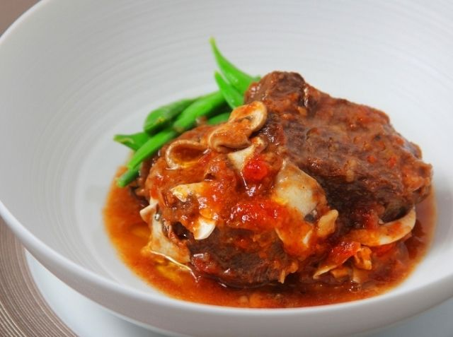 黒毛和牛の煮込み マッシュルーム風味 - 寺田 真紀夫シェフのレシピ。煮込むと柔らかくなる牛すね肉をコトコト煮込みます。魚介の旨みを入れるのは、ブイヨンを使わずに少ない材料で奥深い味わいを出すため。 マッシュルームは、半分はしっかり煮てソースの旨みとし、半分は仕上げに加えて具材として食感と香りを楽しむ、という2種類の使い方もポイントです。