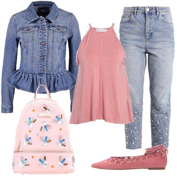 L'outfit è composto da una giacca di jeans con balza sul fondo, un top in jersey con dettagli in passamaneria ed un paio di pantaloni jeans alla capri con pietre applicate sul fondo. Il look si completa con un paio di ballerine in pelle Michael Kors ed uno zainetto rosa.