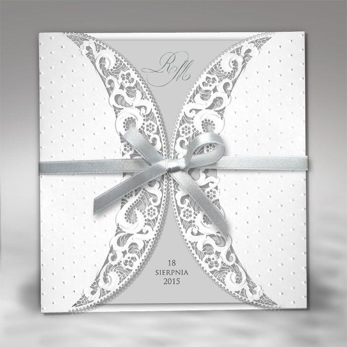 F1218 esküvői meghívó  Az elegáns stílus kedvelőinek ajánljuk ezt a finom csipkemintával és szalaggal díszített meghívónkat.