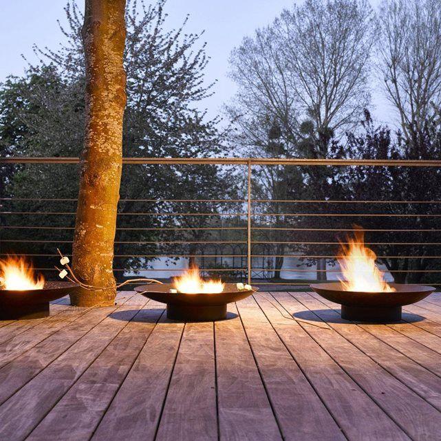 Le brasero noir. Véritable chauffage d'extérieur naturel, il vous permettra de profiter au maximum de l'extérieur entre amis, autour d'un bon feu, par temps frais.