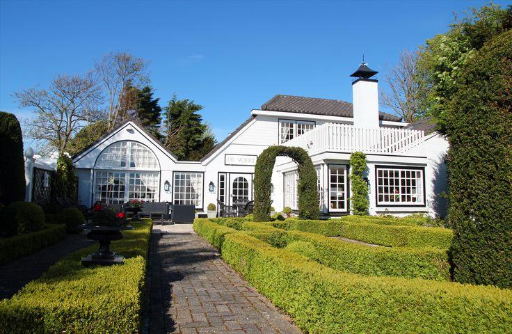 Vrijstaande vakantievilla De Voert ligt op een unieke locatie aan de rand van het Noord-Hollandse Bergen. Hier heeft u vrij uitzicht op een prachtig landschap waarbij het bos langzaam overgaat in het duingebied. De Voert heeft voor het huis een prachtige in Engelse stijl aangelegde tuin met een vijver, en een heerlijk terras met loungemeubelen. Binnen kunt u ontspannen bij de gashaard, of, voor de liefhebber, spelen op de vleugel.