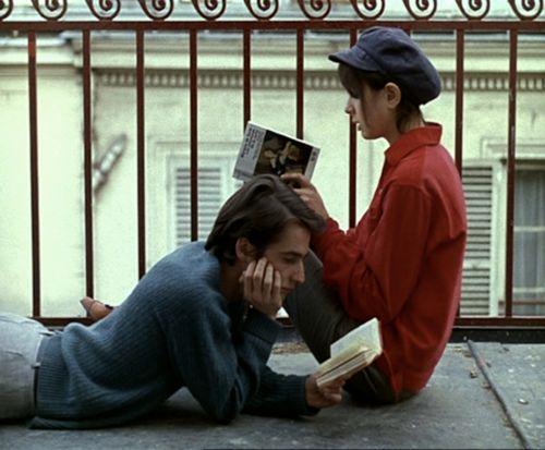 I libri nascono per essere toccati, presi in mano, a letto, su una panchina, sull'autobus, sul divano, per terra, sdraiati sull'erba. Persino sul cemento. Le persone leggono mentre aspettano. O nelle Stazioni. Sulla sedia a sdraio della spiaggia i romanzi si gustano alle prime ore del mattino o al tramonto. Nella sala d'attesa del dentista allento la tensione leggendo; lo faccio anche dall'estetista per sopportare il dolore della ceretta. (Noi due come un romanzo)