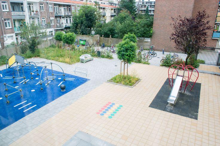Uitzicht vanuit het raam. Links is de nieuwe freerunning opstelling/parkour opstelling op het schoolplein geïnstalleerd.