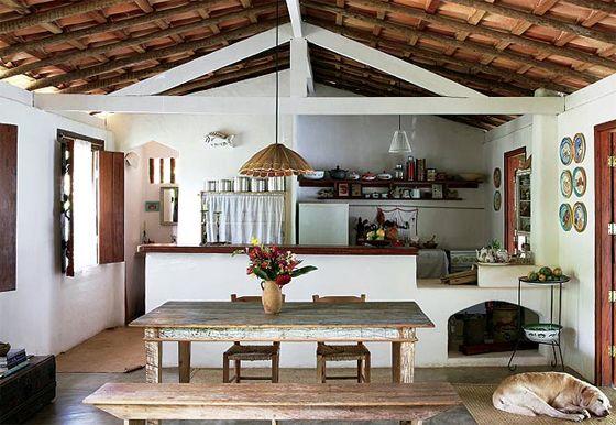 Uma boa sugestão para casas de praia e de campo, o estilo rústico predomina nessa decoração, que compõe um espaço arejado e iluminado para cozinhar e receber.