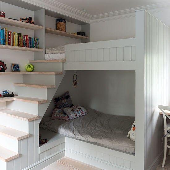 piętrowe białe łóżka z drewnianymi półkami i schodkami  - Lovingit.pl