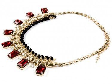 Złoty naszyjnik z czerwonymi szkiełkami Sprawdź więcej na www.carlena.pl
