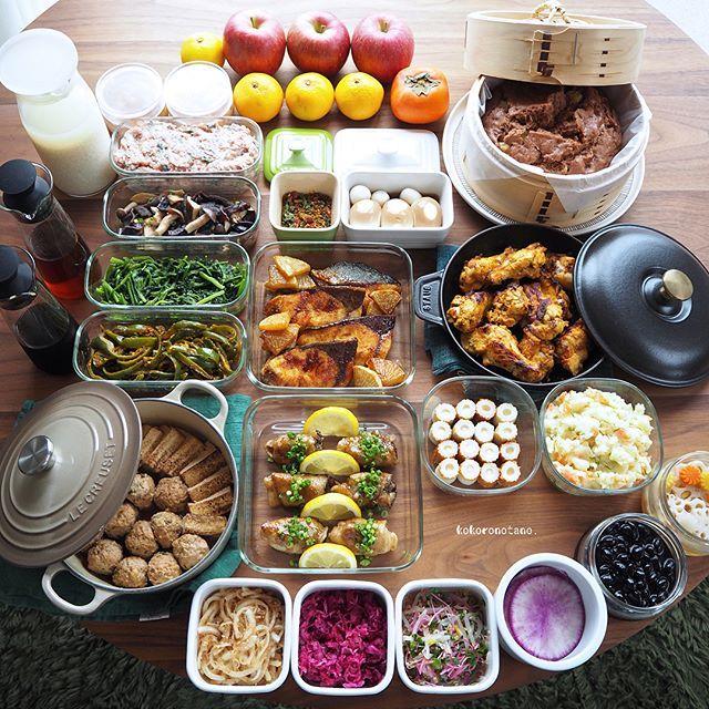 ❁.*⋆✧°.*⋆✧❁ 今週の作り置きおかずあれこれ◡̈ ・ 日々の子供達のお弁当2人分&私のお昼用。 (酢の物と冷凍物以外は2〜3日で食べ切りです) ・ 【お品書き】 1.舞茸の豚肉巻き 葱ポンレモン焼き 2.骨つきタンドリーチキン 3.ぶりと大根の照り焼き 4.つくね種(冷凍保存用) 5.ほうれん草の麺つゆバター炒め 6.ピーマンのケチャップ炒め 7.色々きのこのハーブ醤油焼き 8.肉団子どうふ 9.黒豆のあっさり煮 10.味玉(麺つゆ) 11.ポテトサラダ 12.マヨちくわ 13.玉葱と鰹節のポン酢和え 14.ラディッシュスプライトともやしのナムル 15.紫キャベツのマリネ 16.浅漬け紅大根 17.れんこんと人参と大根の甘酢漬け(柚子風味) 18.チョコバナナ蒸しパン 19.自家製 ミックスジャム(りんご+柿) 20.自家製 甘酒 21.自家製 麺つゆ 22.自家製 白だし 23.自家製 ふりかけ(梅・大葉) ・ 2.10.11.15.17.21.22.23.は 📗著書「のほほん曲げわっぱ弁当」にレシピ掲載 しています…