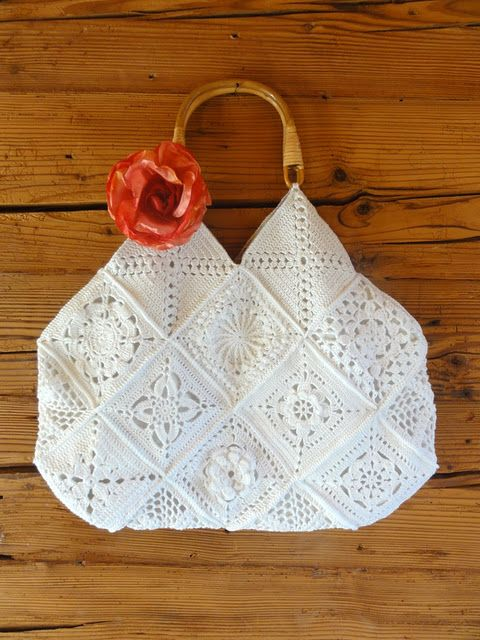 This is in German, but basically it looks like you could pick your fav granny squares of equal size and she has a picture of how to assemble and line. I can do this. bolso ganchillo