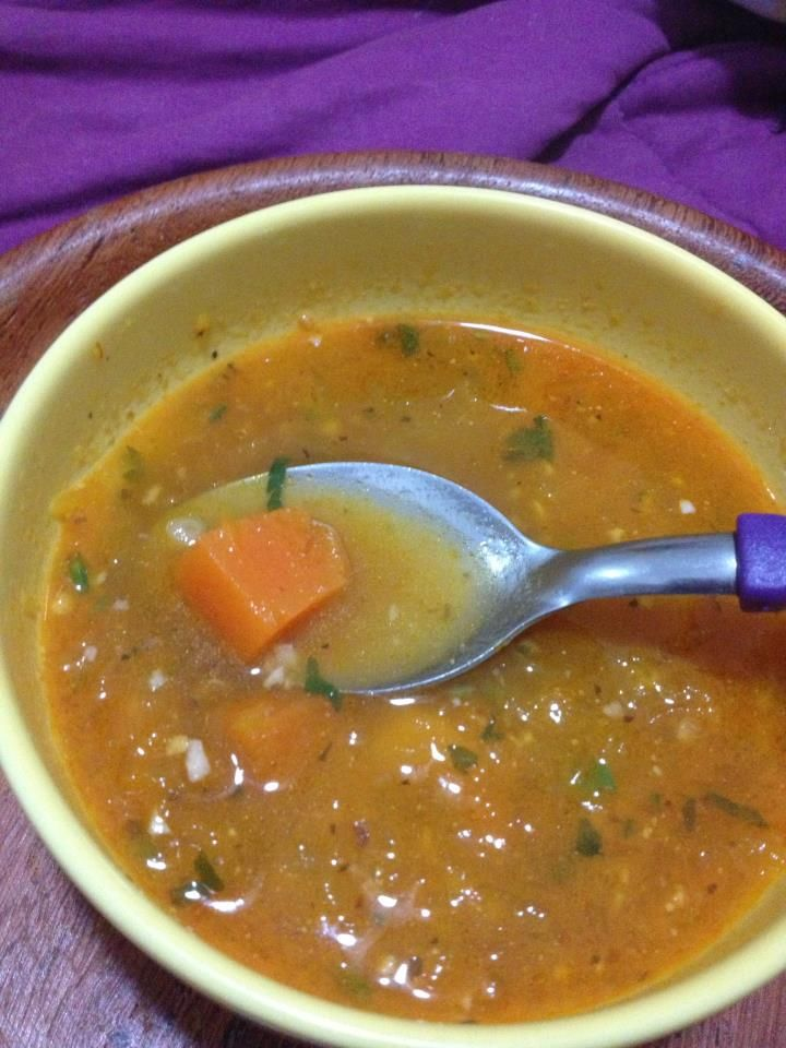 Sopa de abóbora com carne-seca, com cheiro verde fresco polvilhado para servir.