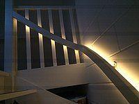 RGBW ledstrip aan de zijkant van een trapleuning
