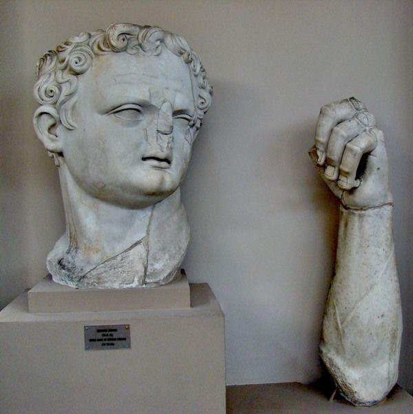 Kolos domitian potr. Ud fra beskæring siddende. Fra gens flavia templet i ephesos. I Hellenistisk tradition m. Barokke optiske effekter. Lidt akavet proportioner, muligvis ikke megen erfaring med kolos statuer. Efter hans død blev templet ded. Til Vesp. Kun ganske lidt tilpasning post-Damnatio memori. Har den evt skiftet person undervejs i produktionen.