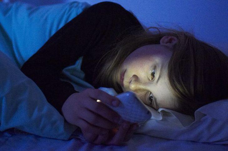 Sommeil : les enfants plus sensibles que les adultes à la lumière des écrans