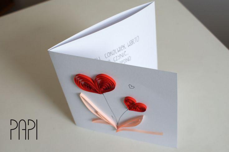 Składana kartka z sercami kwiatami wykonanymi w technice quilling. Handmade by PAPI