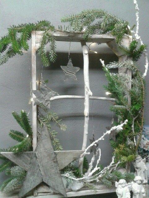 kijkkast idee - fruitkistje zonder bodem als kerst raam opgemaakt met sterren en takken