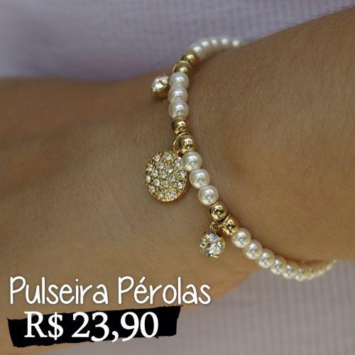 Bracelete de pérolas pequenas com detalhes de pingente em strass. Delicada e feminina ideal para looks do dia-a-dia.