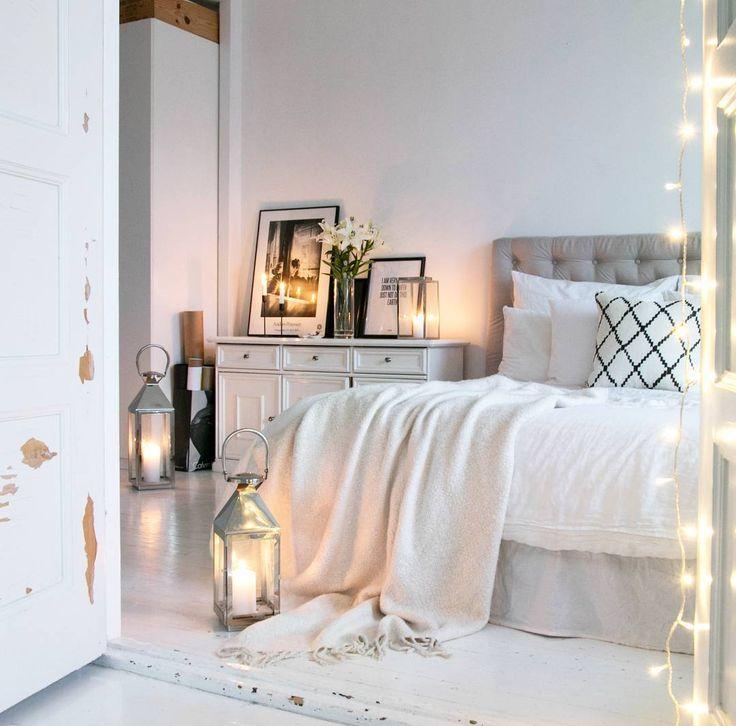 Podłoga z białych desek i romantyczne dekoracje w sypialni