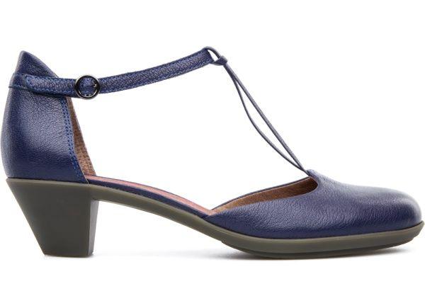 En esta línea se consigue que un zapato funcional y discreto esté lleno de  imaginación.Los de esta colección son zapatos capaces de llegar caminando al trabajo y asistir a una reunión importante sin tener que cambiarse de zapatos.
