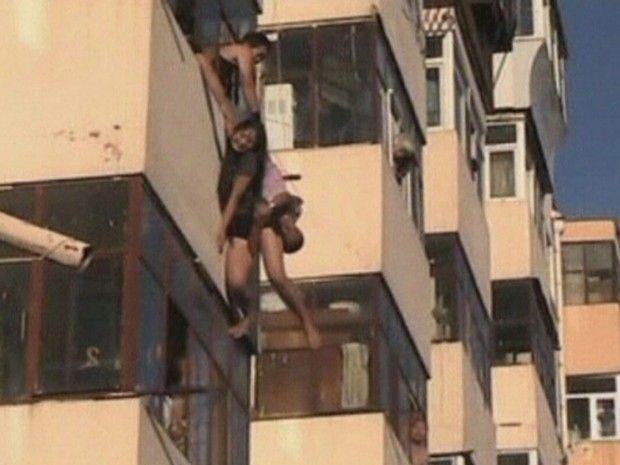 Homem salva mulher em plena queda na China