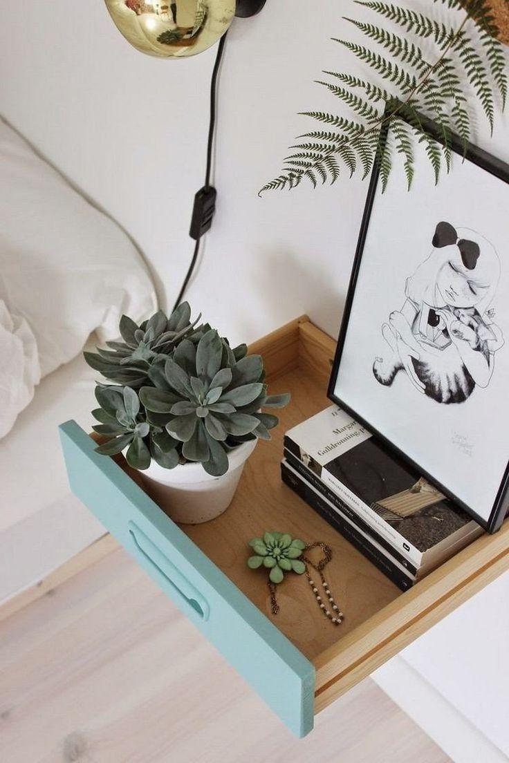 table de chevet suspendue avec tiroir peint en bleu clair, déco avec plantes succulentes et dessin encadré