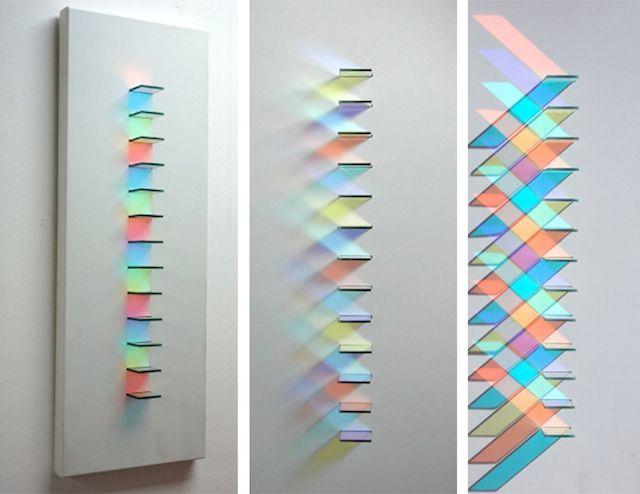 L'artiste anglaise Christine Wood utilise le verre sous la forme de petits carrés pour créer de très belles oeuvres circulaires où la lumière reflètent différents motifs colorés sur le mur. Elle s'amuse à jouer avec la géométrie, les ombres et la perception du spectateur.