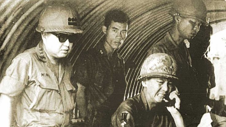 General Le Minh Dao and Colonel Ngo Van Minh at the forward comma