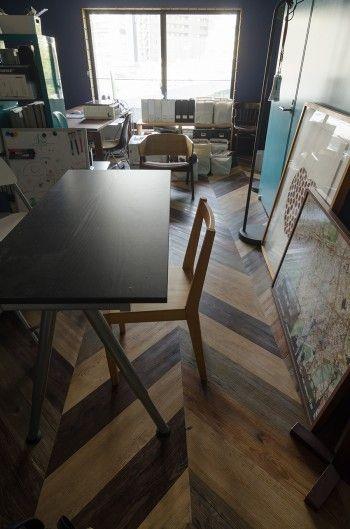 1階ワークスペースの床は木に似せた塩ビ材をヘリンボーン模様に見えるようカットして貼った。