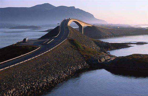 Existem, ao redor do mundo, estradas que possuem uma vista de tirar o fôlego. Que tal já incluir esses destinos em suas próximas viagens?