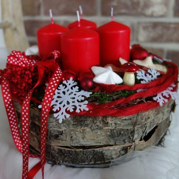 Rote Kerzen, dekoriert mit weihnachtlichen Figuren