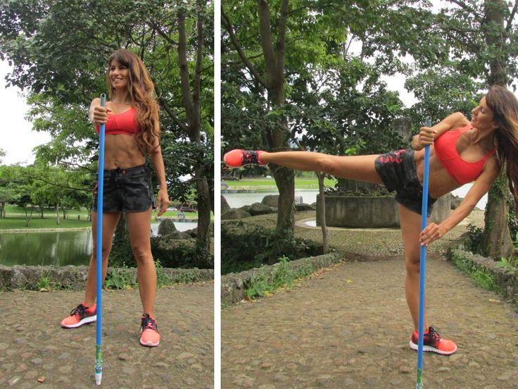 <ELEVACIÓN LATERAL DE PIERNA> Agarra el palo de escoba con la mano derecha (el brazo está cruzado), luego inclina tu cuerpo hacia abajo para activar el oblicuo derecho. Toma el palo de escoba por el extremo de arriba y por la mitad. Luego sube y baja la pierna derecha lenta y contorneadamente (sin usar impulso, a pura fuerza abdominal y del glúteo medio). --> Beneficios: fortalecimiento de oblicuos (área de la cintura) glúteo medio y abductor (parte lateral de la pierna).
