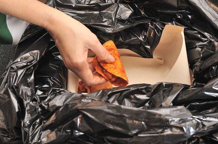 Continuar así haciendo cada taco, si se utilizan otros guisos, acomodar los tacos en columnas de diferentes guisos hasta llenar la canasta. Colocar papel estraza sobre los tacos y cerrar bien la bolsa de plástico, envolver con la servilleta y dejar sudar al menos una hora antes de consumirlos.