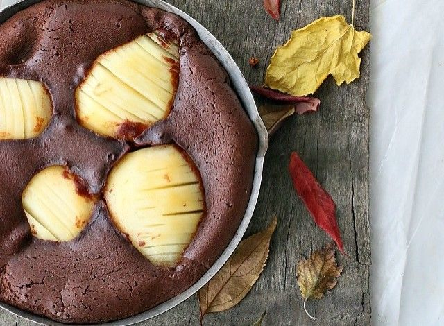 A quick and delectable dessert! A simple chocolate clafoutis, made on the fly with the addition of fresh fruit. The quantities are for an oven pan about 20 cm in diameter.